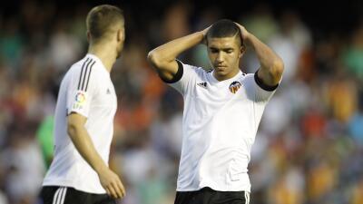 Los jugadores del Valencia lamentan el gol del Betis.