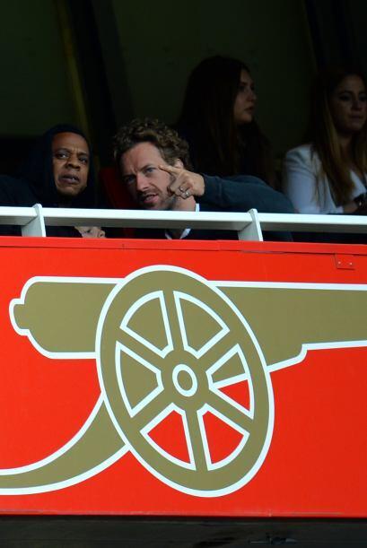 No faltaron las celebridades en las tribunas del Emirates Stadium, como...