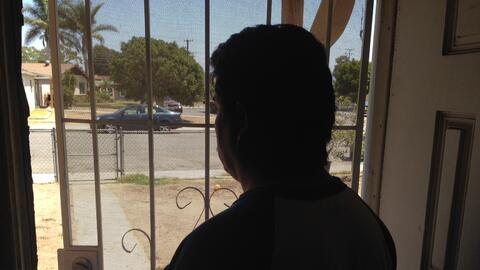 Francisco, un trabajador agrícola de Oxnard, lucha contra un proceso de...