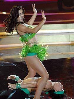 Los ticos bailan con gran sensualidad.