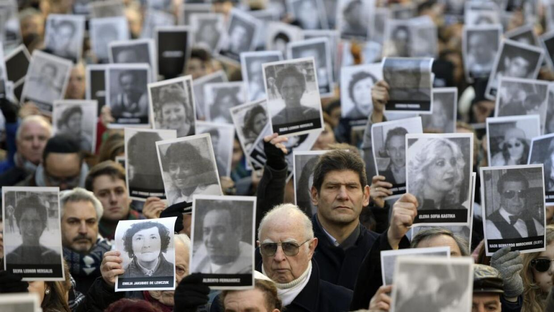 Miles de personas con retratos de las víctimas se reunieron en Buenos Ai...