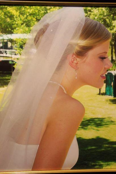 Sin duda alguna esta novia lució muy bella en el día de su boda.  Pero,...