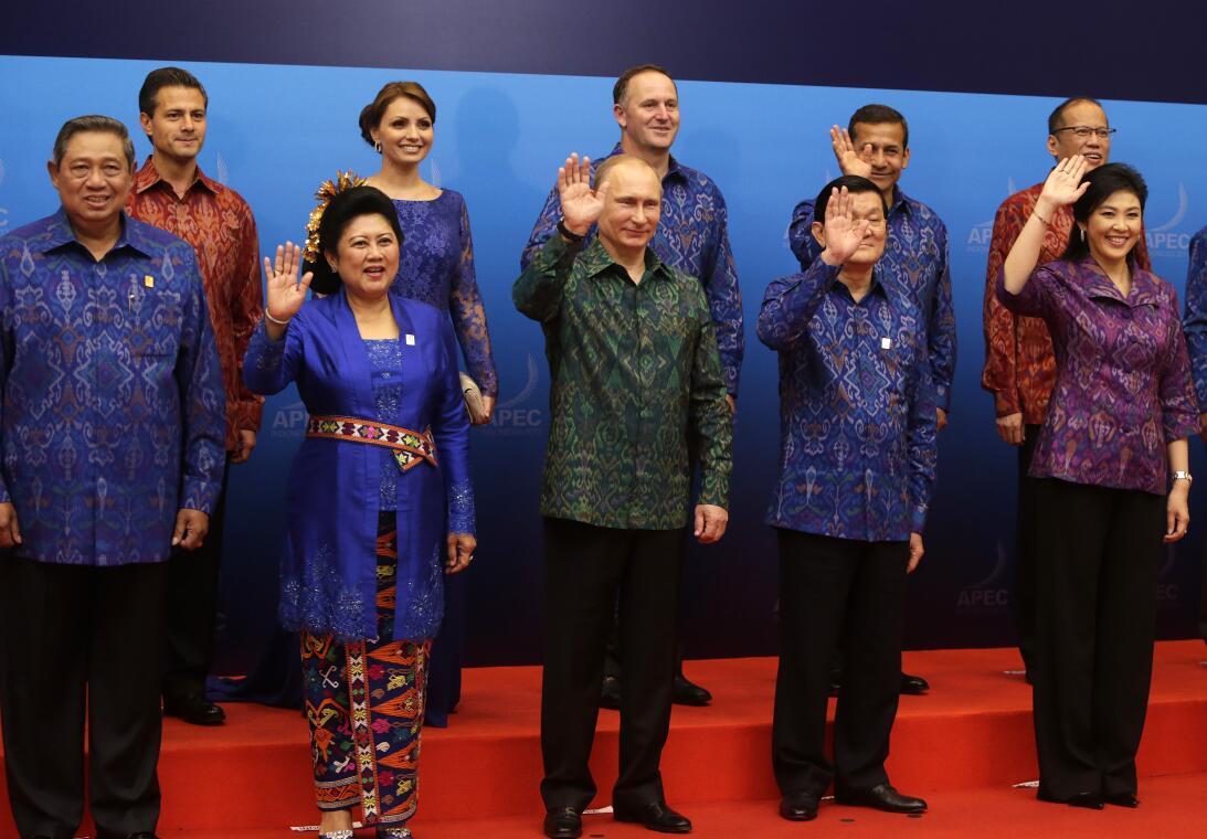 Trump y Putin se saludan vestidos con la misma 'camisa tonta', ¿por qué?...