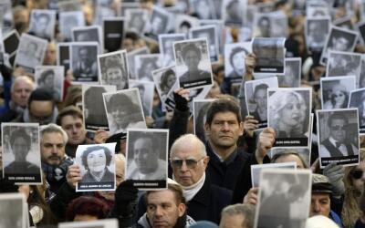 Miles de personas con retratos de las víctimas se reunieron en Bu...