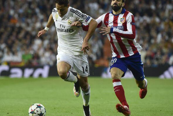 Chicharito continuó con sus esfuerzos por tener la pelota y buscar desbo...