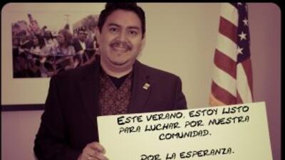 Jorge Mario Cabrera, director de comunicaciones de CHIRLA, muestra uno d...