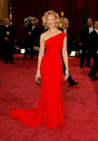 El rojo nunca falla y menos si cuentas con la figura de Katherine Heigl,...