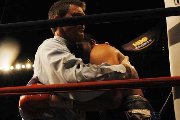 En el octavo asalto el juez se interpuso y detuvo la pelea.