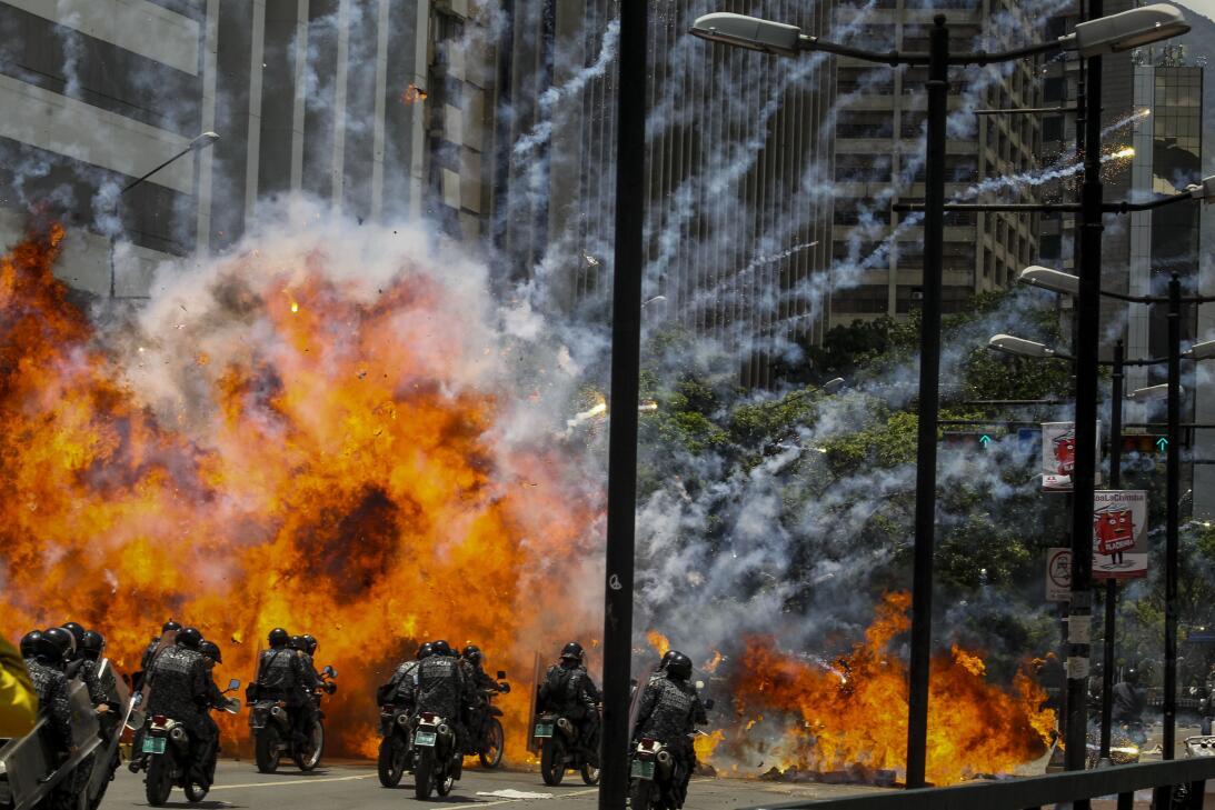 Siete policías resultaron heridos cuando fueron alcanzados por una explo...