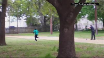 Video muestra a policía de Carolina del Sur disparando por la espalda a...
