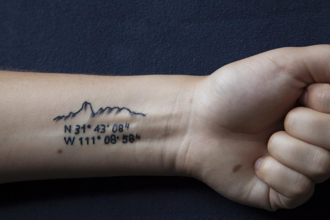 Estas coordenadas, tatuadas en un joven, se refieren a varios espacios q...