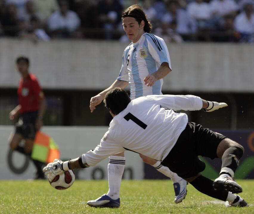 Messi y Suárez mantienen al Barcelona al acecho del Madrid GettyImages-7...