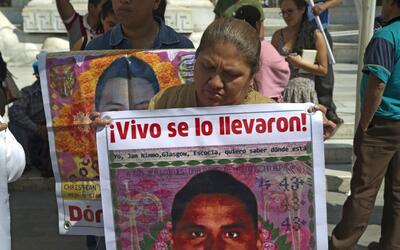 Padres de los desaparecidos protestan frente al monumento Benito Ju&aacu...
