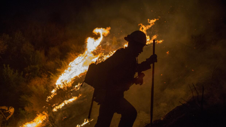 Un incendio en las cercanías de Burbank, California, a principios...