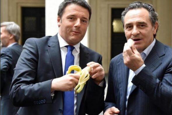 El técnico de la selección de Italia, Cesare Prandelli, junto al ministr...