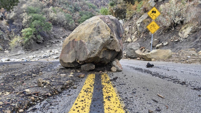 Una roca en medio de la carretera que se desprendió de una ladera...