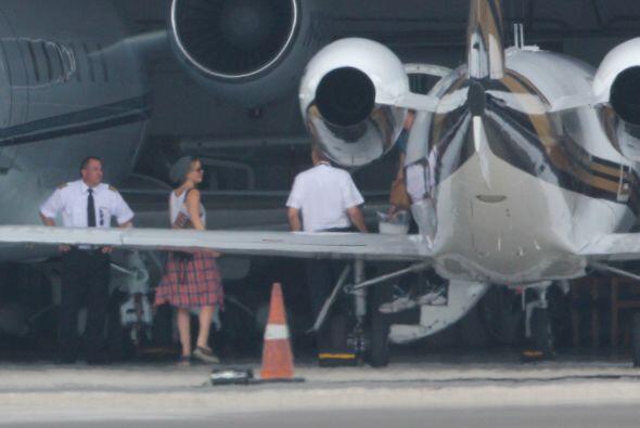 Este par se encontraba bajando de un jet privado, que iba llegando a Van...