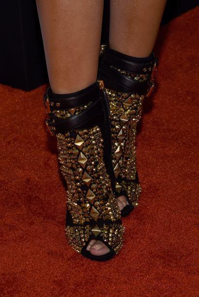 Estos fueron los zapatos que combinó con ese sensual vestido negro.