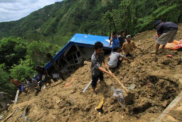 Cientos de policías, soldados y habitantes excavaban entre los escombros...