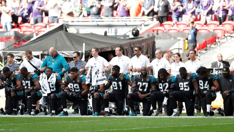 Los Jaguars de Jacksonville protestan de rodillas durante el himno nacional