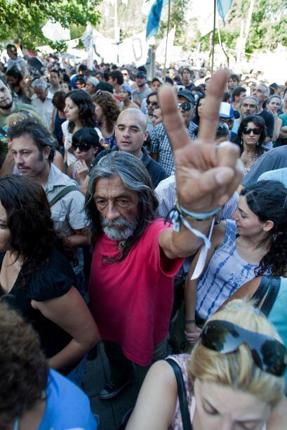 Cientos de personas se congregaron al exterior del tribunal exigiendo ju...