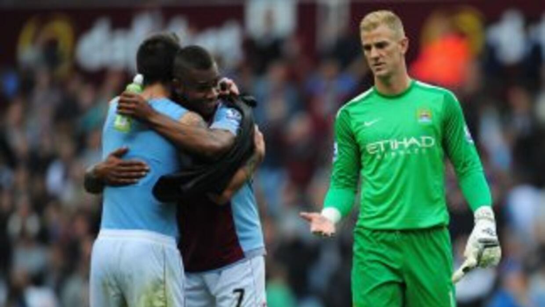 Jon Hart, portero del City, felicita a los jugadores del Aston Villa.