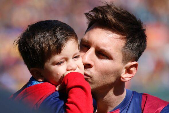 Messi intentó consolarlo con unos besitos.