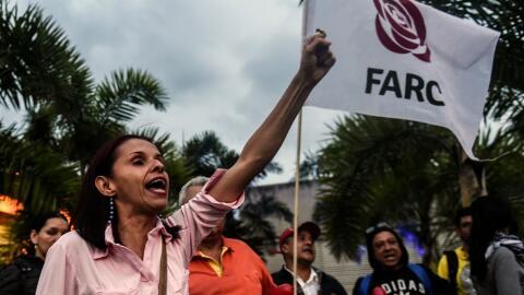 Una mujer partidaria de las FARC durante una manifestación en Col...