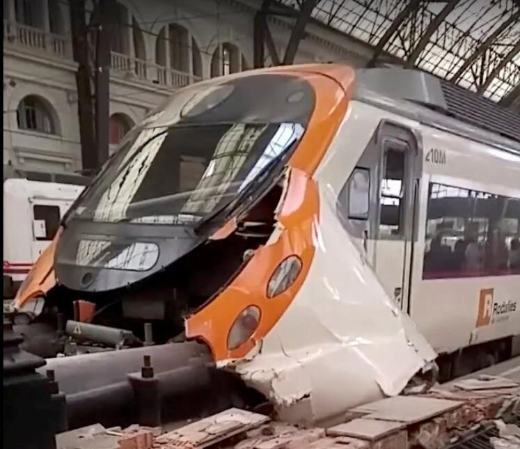 Así quedó uno de los trenes tras la colisión