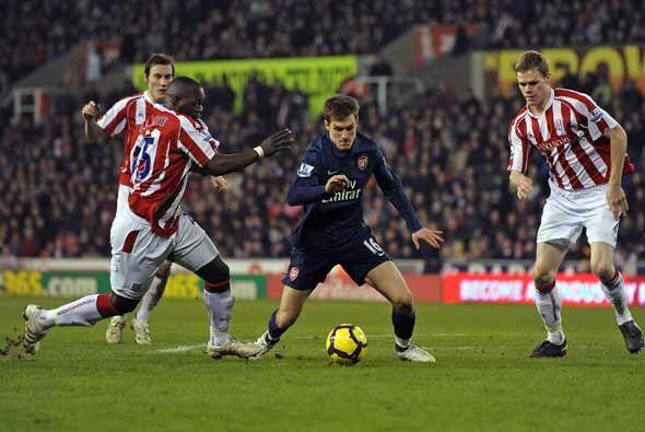 Aaron Ramsey del Arsenal, con el balón, recibió una fuerte entrada de Ry...