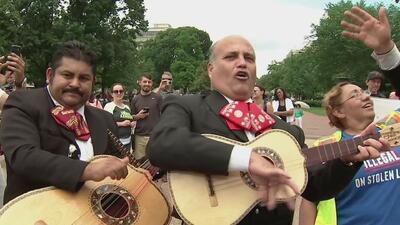 Con mariachis al frente de la Casa Blanca y un Trump de mentiras, piden el fin a la política de separación de familias