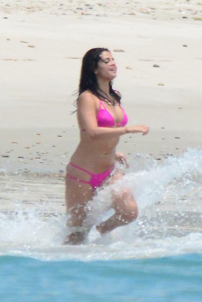 ¡Parecía una niña jugueteando entre las olas!