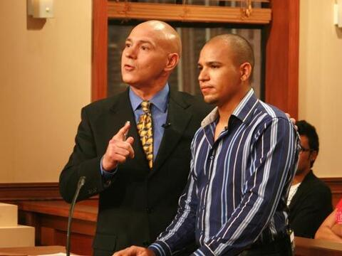 Juan, acompañado de su abogado, Alberto Milian, demanda 2 mil d&o...