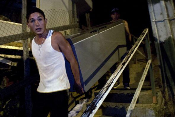 La desolación y tristeza se refleja en los rostros de miles de chilenos.