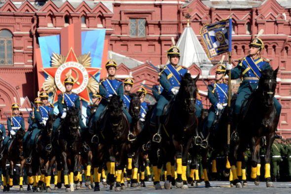 Por la Plaza Roja también desfilaron caballos.