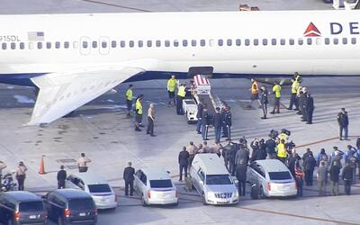 Los restos del soldados La David Johnson llegaron al Aeropuerto Internac...