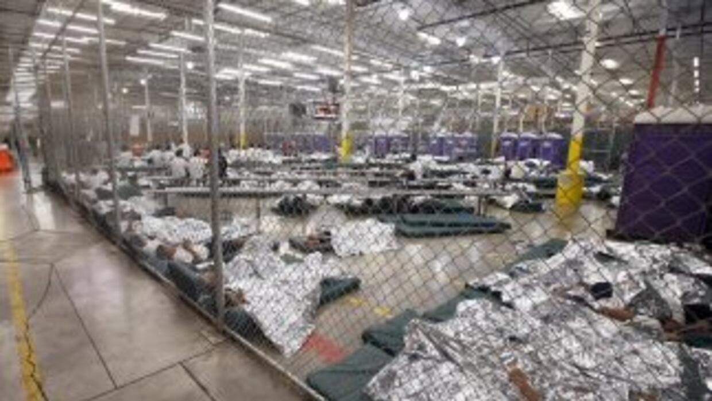 Decenas de niños indocumentados en un centro de detención de la Patrulla...