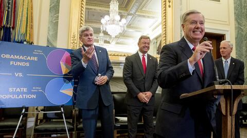 De izquierda a derecha, los senadores Bill Cassidy de Luisiana, Dean Hel...