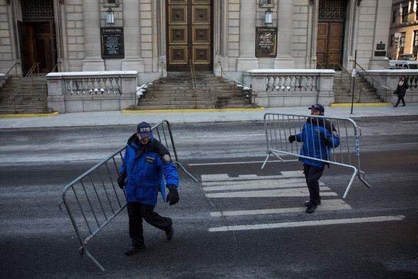Momentos antes del funeral policías trabajaron para resguardar la zona....