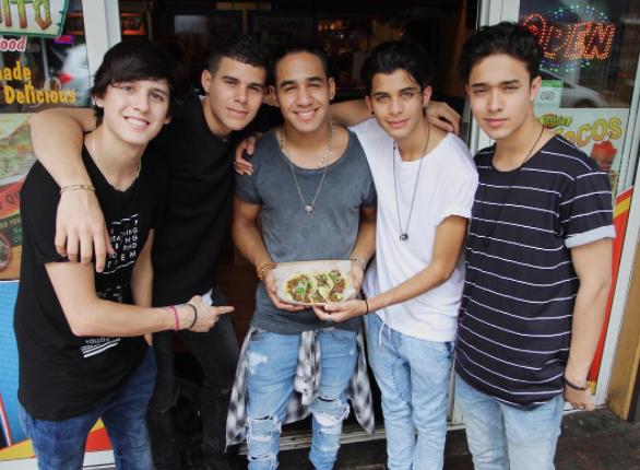 Disfrutando de unos taquitos de pastor en la ciudad de Monterrey, México.