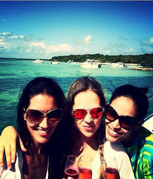 """""""Azul para rato! #amigas #enfamilia #bendecida"""", dijo Karla. (Abril 13,..."""