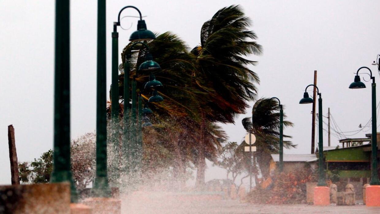 Fuertes vientos azotan la costa de la ciudad de Fajardo, mientras el hur...