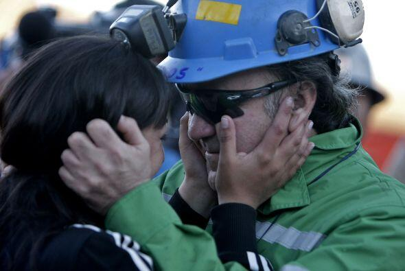 Tras la salida a la superficie, Franklin se abrazó con su hija Carolina,...