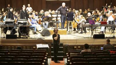 Tod Machover, en el centro, con la Orquesta Sinfónica de Detroit.