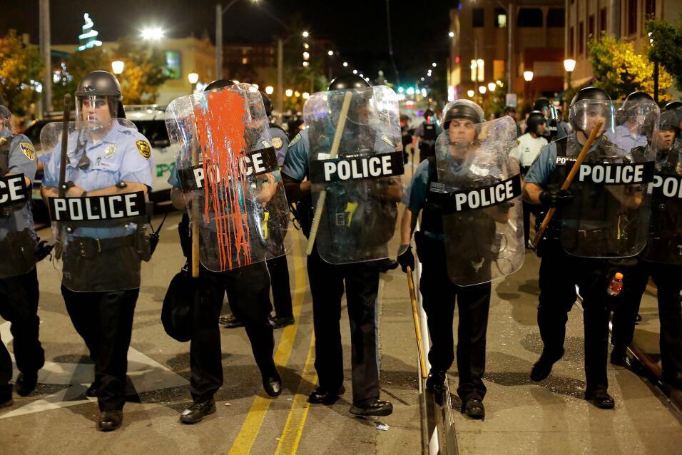 Los manifestantes arrojaron pintura a los policías que intentaban...