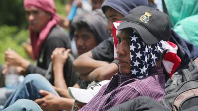 Migrantes centroamericanos abordo de La Bestia rumbo a la frontera sur d...