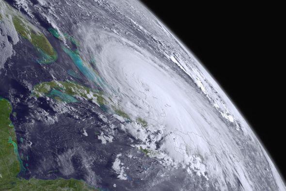Una imagen de la NOAA muestra la agitación del huracán en el Atlántico.
