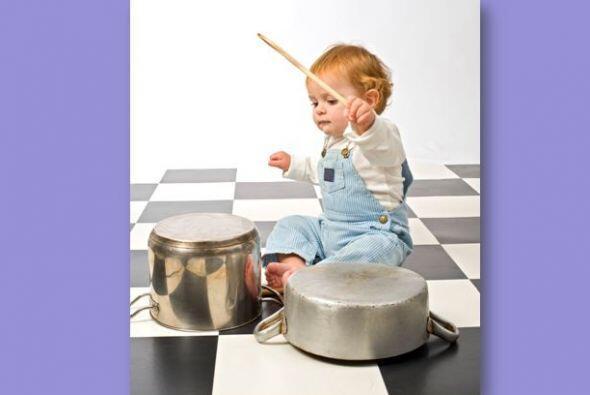 Deja que tu pequeño use ollas y sartenes para hacer sonidos y crear músi...
