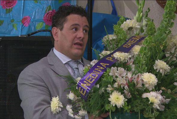 Lucas llegó con los arreglos de flores, ¡pero se los robó de un panteón...