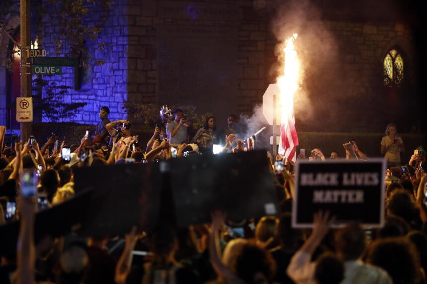 Algunos de los manifestantes que protestaban en San Luis quemaron una ba...
